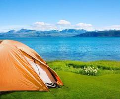 Camping in der Nähe des Meeres foto