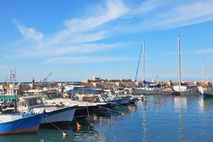 weiße Segelboote im alten Jaffa foto