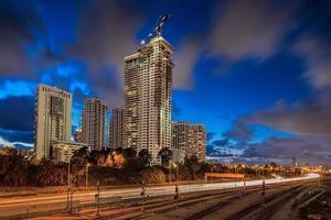 Tel Aviv Wolkenkratzer in der Nacht foto