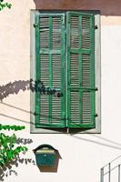 grüne Fensterläden foto