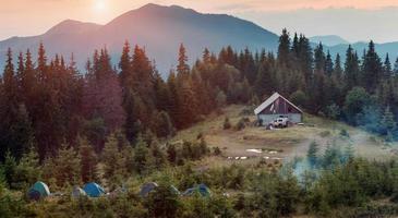Camping in den Bergen bei Sonnenuntergang