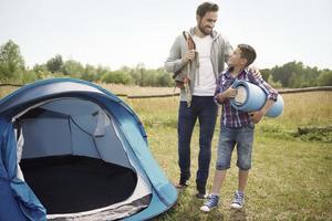 Lassen Sie uns jetzt unser Camping-Abenteuer beginnen foto