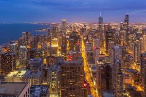 Die geschäftige Skyline der Innenstadt von Chicago bei Nacht in Illinois foto