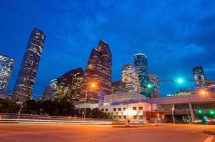 Blick auf die Innenstadt von Houston in der Dämmerung foto