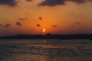 neue Moschee, Hagia Sophia und Suleymaniye bei orangefarbenem Sonnenuntergang