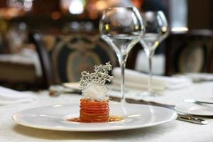 vegetarisches kreatives Essen im luxuriösen Restaurant-Interieur foto