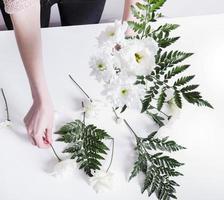 Mädchen macht einen Blumenstrauß