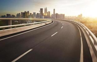 Autobahnüberführungs-Bewegungsunschärfe mit Stadthintergrund. foto