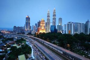 horizontale Aufnahme von Kuala Lumpur Stadtbild Nachtlandschaft foto