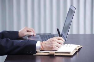 Hände schreiben am Geschäftsdokument foto