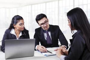 männlicher Geschäftsleiter, der ein Dokument erklärt