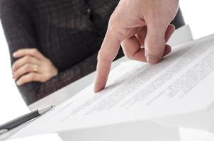 Hand zeigt eine Frau, um das Dokument zu unterschreiben foto