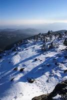 """schneebedeckte berge und """"bola del mundo"""" in navacerrada, madrid, spanien foto"""