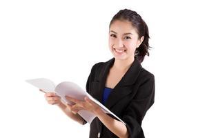 Geschäftsfrau, die Dokument auf weißem Hintergrund liest foto
