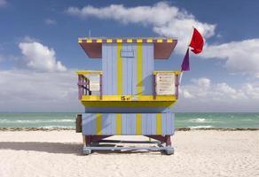 Sommerszene mit einem Rettungsschwimmerhaus in Miami Beach foto