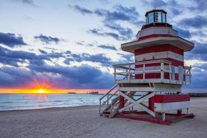 Sonnenaufgang mit Rettungsschwimmer foto