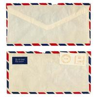 Umschlag mit Briefmarken von vorne und von hinten gesehen foto