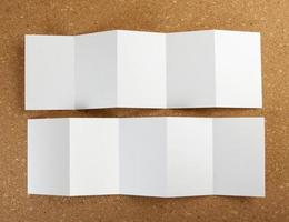 leerer weißer Faltpapier-Flyer foto
