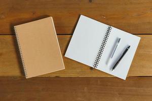 Stift, Bleistift und Notizblock. flacher Laienstil foto