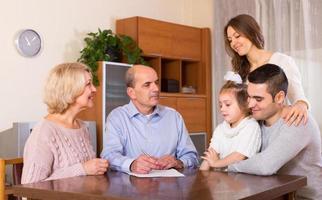 Verwandte diskutieren über Finanzen foto