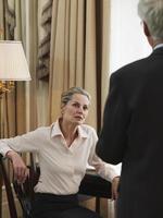 Geschäftsleute mittleren Alters in Diskussion foto
