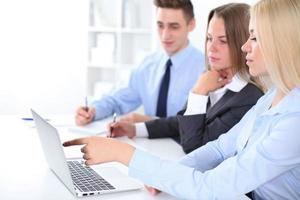Geschäftsleute diskutieren die Ideen beim Treffen foto