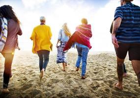 Freundschaftsbindung Entspannung Sommer Strand Glück Konzept foto