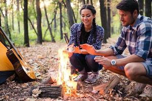 glückliches Paar und Lagerfeuer foto