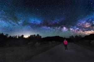 Frau unter der Milchstraße foto