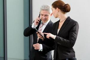 Zwei Geschäftsleute diskutieren über ihre Arbeit.