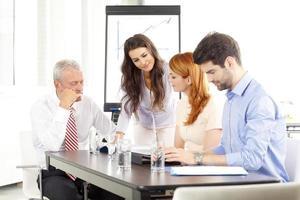 Geschäftsleute diskutieren in einer Besprechung