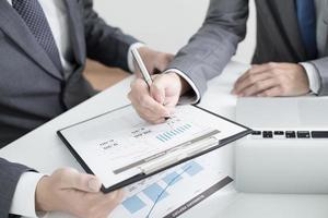 zwei Geschäftsleute, die sich einen Bericht ansehen und eine Diskussion führen