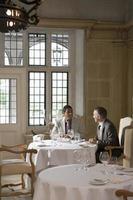 Geschäftsleute, die am Restauranttisch sprechen foto