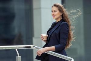 Geschäftsfrau auf dem Hintergrund des Geschäftszentrums foto