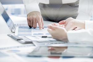 Geschäftsleute diskutieren die Diagramme und Grafiken