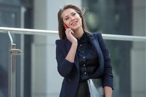 Geschäftsfrau, die auf einem Handy spricht