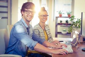 glückliche Designer, die zusammenarbeiten foto