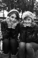 Teen Girls draußen zusammen foto
