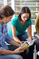 Bibelgruppe gemeinsam lesen foto