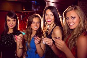 hübsche Freunde, die zusammen Schüsse trinken