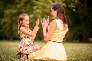 Mutter und Kind spielen zusammen foto