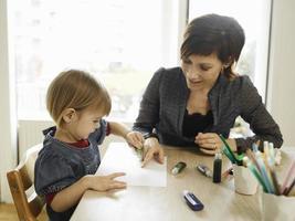 Mutter und Tochter zeichnen zusammen foto