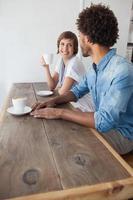 Gelegenheitsfreunde beim gemeinsamen Kaffee foto
