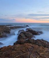 Sonnenuntergang über den Felsen in Laguna Beach foto