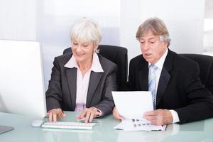 zwei Geschäftsleute arbeiten zusammen foto