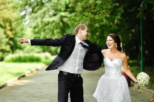 junges frisch verheiratetes kaukasisches Paar glücklich zusammen. foto