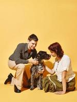 Paar und Hund zusammen, 70er Jahre Look-Thema foto