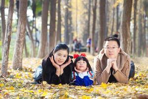 glückliches Familienzusammengehörigkeitsporträt im Wald foto