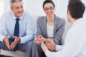 Mitarbeiter sprechen und arbeiten zusammen auf dem Sofa foto
