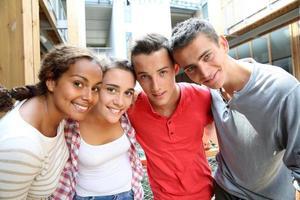 Freunde zusammen auf dem Campus foto